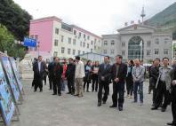 雅安市政协视察法院司法公开工作,参观展板