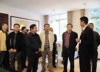 雅安市政协委员们参观法院图书室