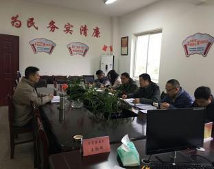 荥经法院院长石彬在新建乡召集工作组召开联席会议