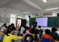 向学生讲解法律知识